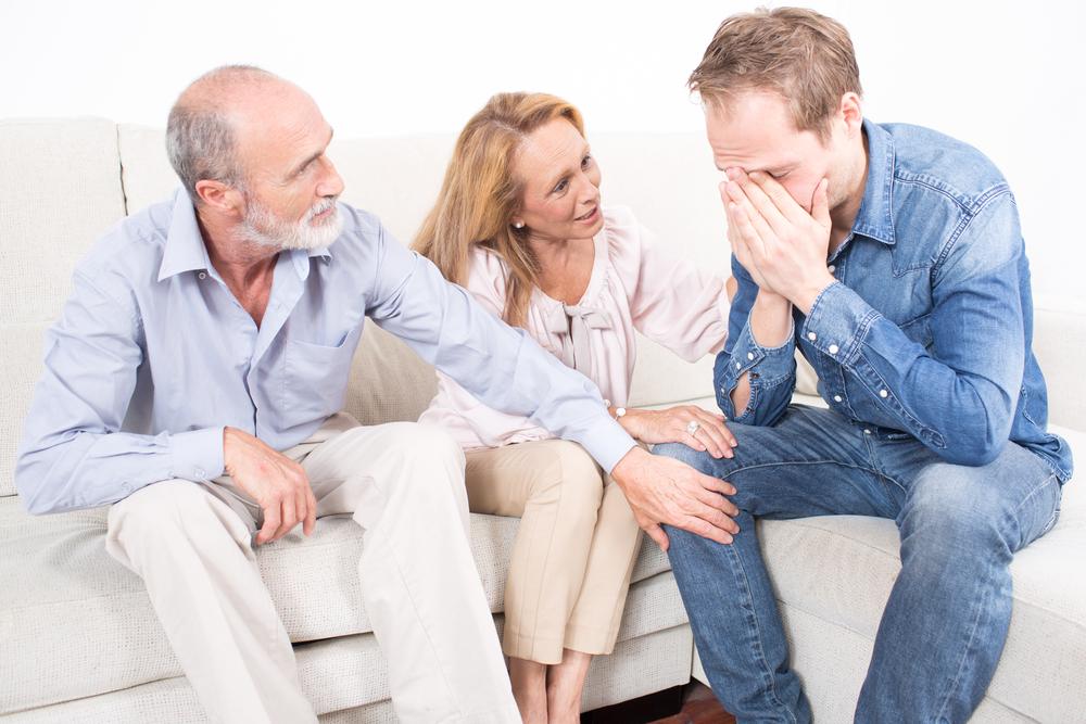 pai, mãe e filho conversando