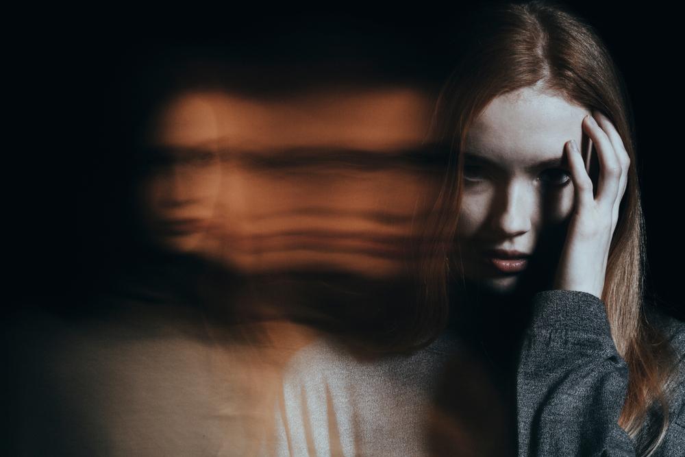 menina embaçada como uma alucinação